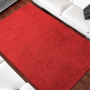 Jednofarebný koberec červenej farby