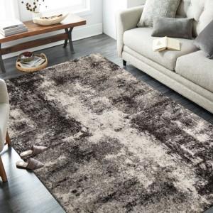 Brilatný béžovo hnedý koberec s jemným abstraktným motívom