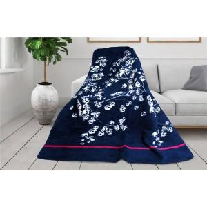 Tmavo modrá hebká deka s potlačou kvetov z kolekcie GLAMOUR