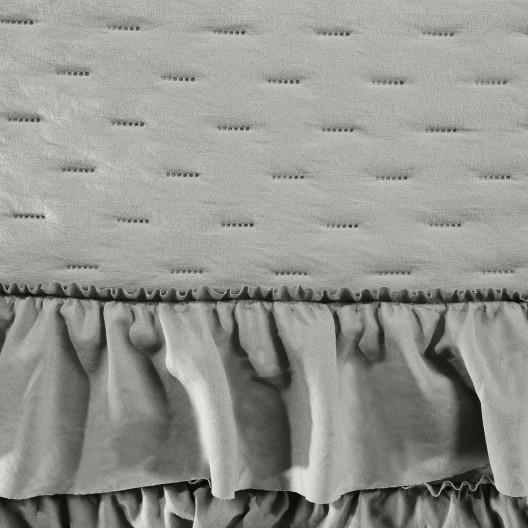 Nadčasový sivý prehoz na posteľ francúzkeho desidn s volánmi