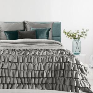 Nadčasový sivý prehoz na posteľ francúzskeho štýlu s volánmi