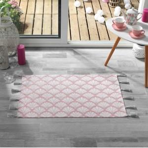 Krásny ružový vzorovaný koberec so strapcami