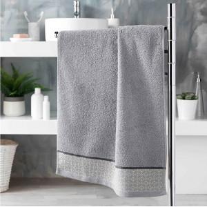 Sivý bavlnený uterák s decentným vzorom 50 x 90 cm