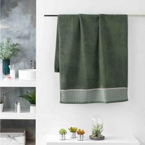 Zelený uterák do kupeľne s jemným ružovým vzorom 70 x 130 cm
