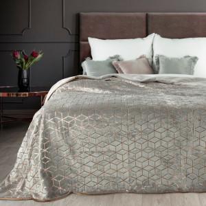 Sivý prehoz na posteľ so zlatým vzorom