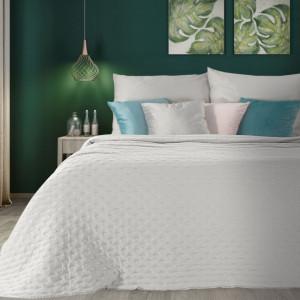 Kvalitný biely jednofarebný prehoz na manželskú posteľ