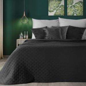 Originálny čierny matný prehoz na posteľ