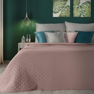 Jednofarebný ružový matný prehoz na posteľ