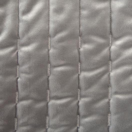 Sivo strieborný zamatový prešívaný prehoz na posteľ