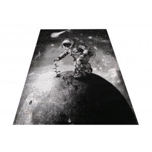 Tmavý moderný koberec s atronautom
