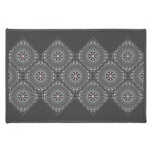 Malý sivý koberec do predsiene s módnym vzorom 40 x 60 cm
