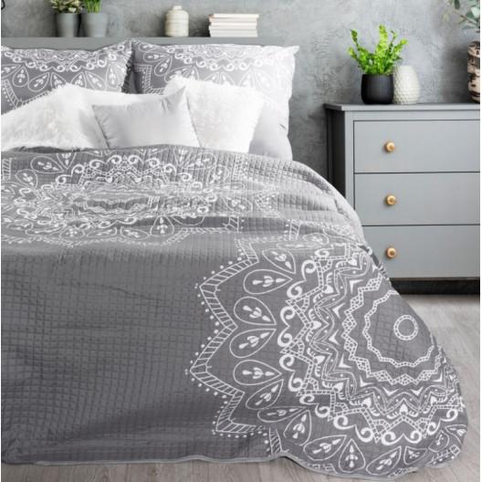 Originálny sivý prehoz na posteľ s bielym ornamentom kvetu