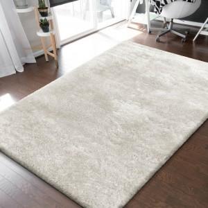 Nadčasový krémovo biely hustý chlpatý koberec