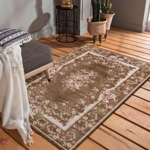 Hnedý koberec do obývačky s motívom kvetov