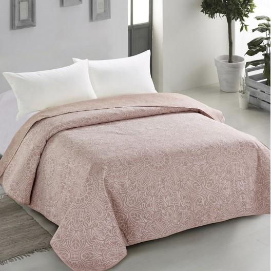 Ružový prehoz s dekoratívnym prvkom vo forme jemného prešívania