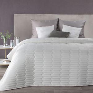 Krásny biely zamatový prešívaný prehoz na posteľ
