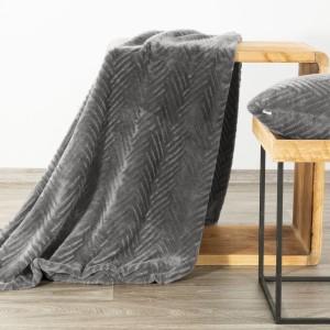 Jednofarebná tmavo sivá deka s jemným vzorom 150 x 200 cm
