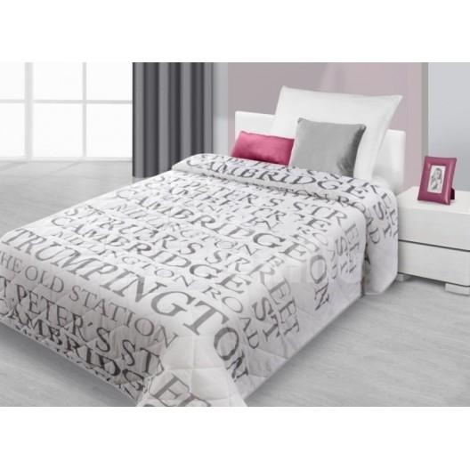 Šedý prešívaný prehoz na posteľ s nápisom Cambridge