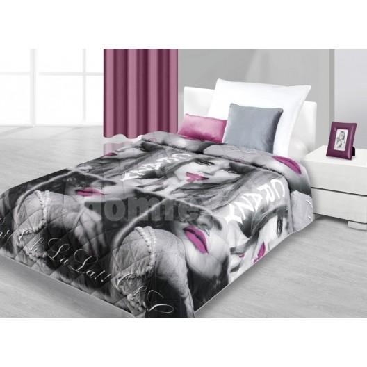Prehozy na posteľ čierno-sivej farby so ženou