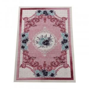 Koberec ružovej farby s kvetinovým vzorom