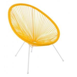 Moderné ratanové kreslo v žiarivej žltej farbe