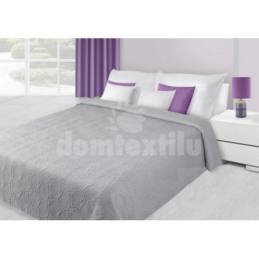 Prehoz na posteľ striebornej farby s kvetovým prešívaním