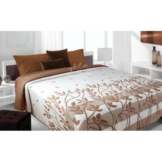 Prehoz na posteľ krémovej farby s hnedými vzormi