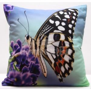Modrá obliečka na vankúš s fialovým kvetom a hnedým motýľom
