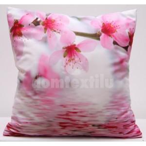 Bielo ružová obliečka na vankúš s rozkvitnutými ružovými kvetmi