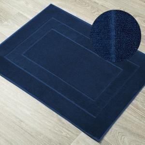 Moderný kúpeľňový koberec vo farbe navy blue