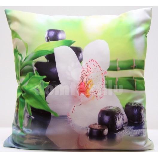 Zelená obliečka na vankúš s motívom bielej orchidey, kameňov a bambusu