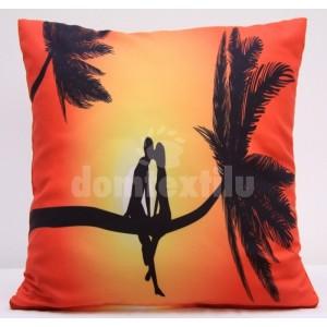 Oranžová obliečka na vankúše s romantickým motívom dvoch ľudí na palme
