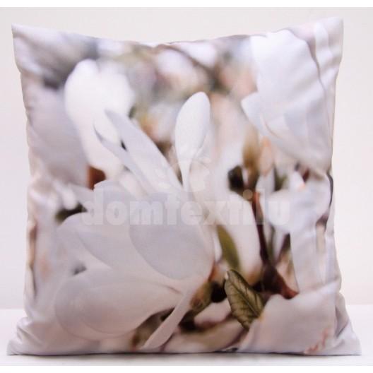 Bielo hnedá obliečka na vankúš s motívom bielych kvetov
