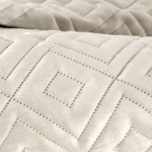 Moderný krémový zamatový prehoz na posteľ