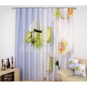 Závesy na okná bielo nebeskej farby s rozkvitnutou orchideou
