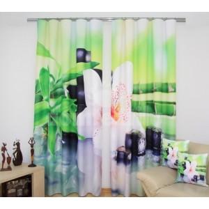 Zelené závesy na okná s bielou orchideou