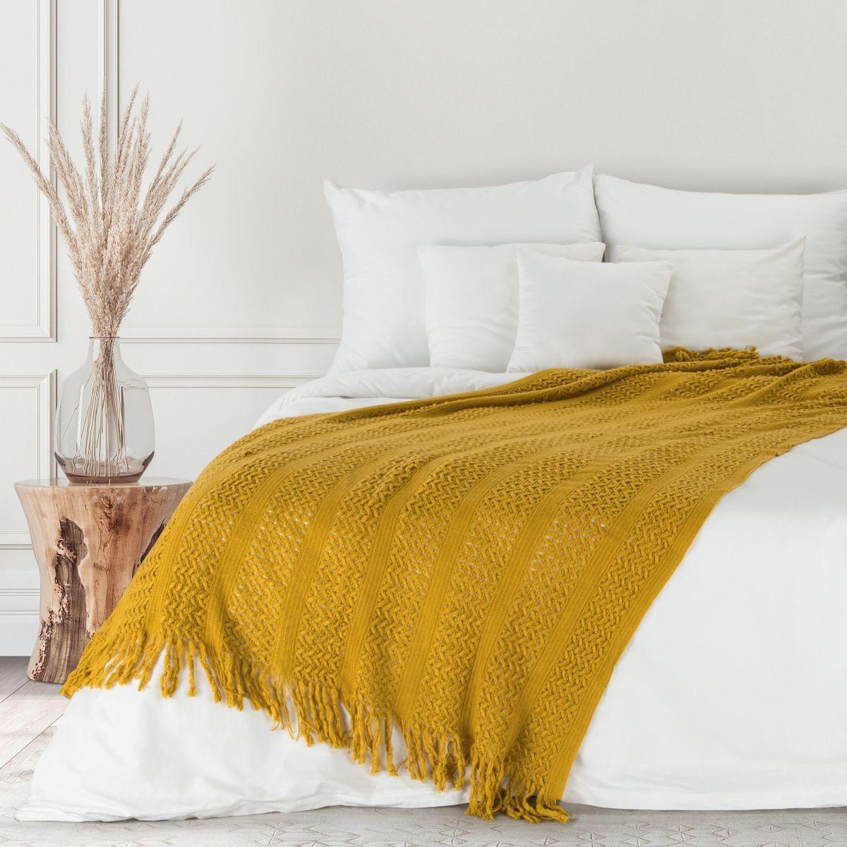 Výrazná medovo žltá akrylová pletená deka so strapcami 130 x 170 cm Šírka: 130 cm   Dĺžka: 170 cm