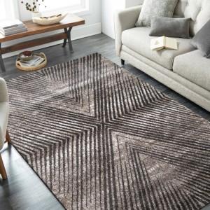 Moderný koberec so zaujímavým geometrickým vzorom opakujúcich sa diagonálnych čiar